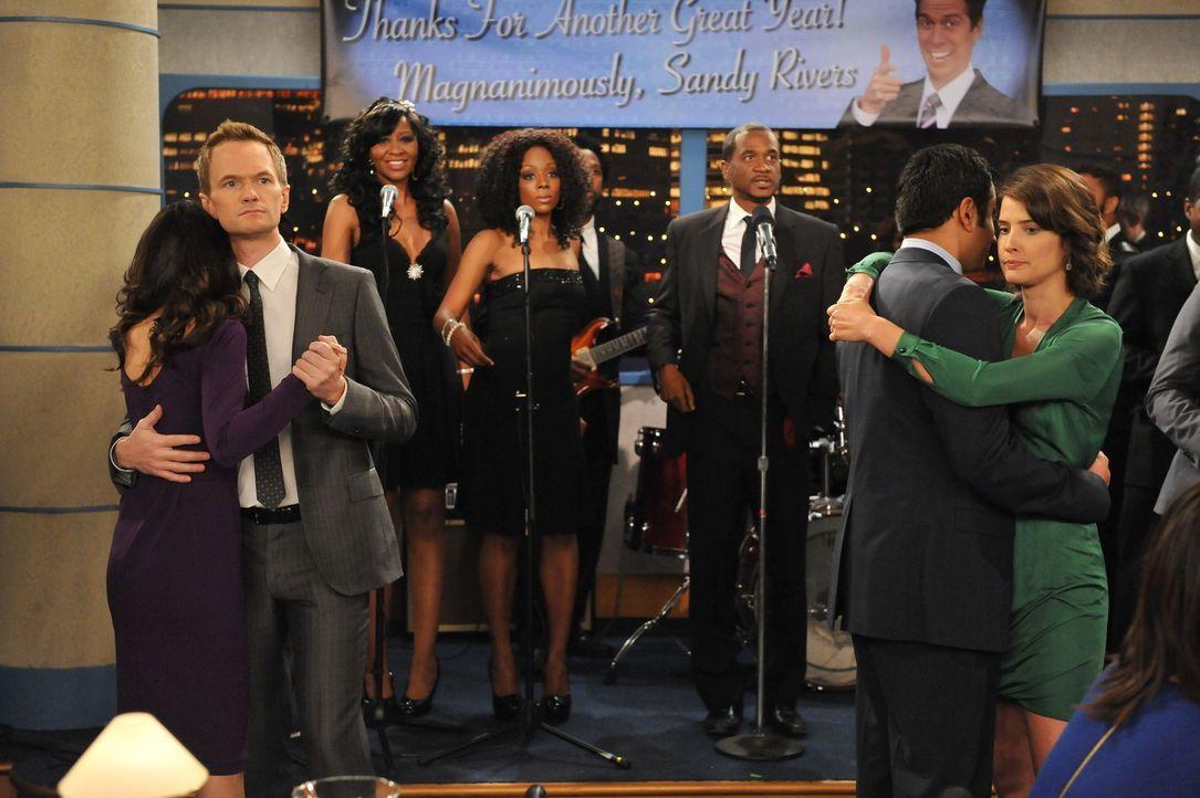 Während Ted und Marshall auf einem Konzert Drogen konsumieren und dadurch ihr Zeitgefühl verlieren, befinden sich Barney (Neil Patrick Harris, 2.v... - Bildquelle: 20th Century Fox International Television