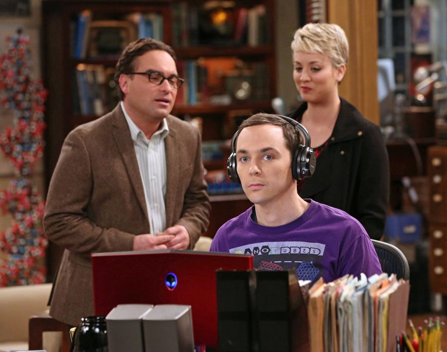 Sheldon (Jim Parsons, vorne) hat eine ganz besondere Idee, um seine Hirnleistung zu steigern - was für Leonard (Johnny Galecki, l.) und Penny (Kaley... - Bildquelle: Warner Bros. Television