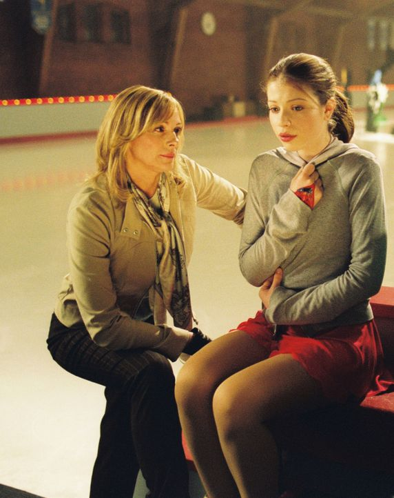 Als Casey (Michelle Trachtenberg, r.) das Angebot erhält, mit Gen und deren Mutter (Kim Cattrall, l.), einer in Ungnade gefallenen Eislaufmeisterin,... - Bildquelle: 2005 Disney Enterprises, Inc.