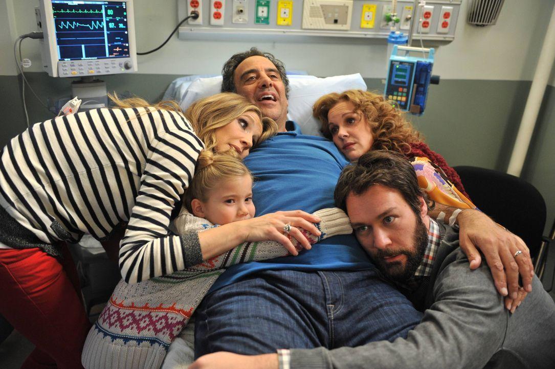 Ein Krankenhausbesuch bringt die ganze Familie wieder zusammen: (im Uhrzeigersinn) Natalie (Rachel Eggleston), Polly (Sarah Chalke), Max (Brad Garre... - Bildquelle: 2013 American Broadcasting Companies. All rights reserved.