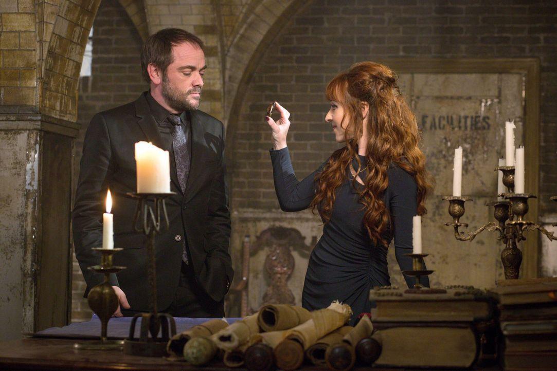 Rowena (Ruth Connell, r.) weitet ihren Einfluss auf Crowley (Mark Sheppard, l.) aus, aber lässt sich Crowley wirklich in all seine Geschäfte reinred... - Bildquelle: 2016 Warner Brothers
