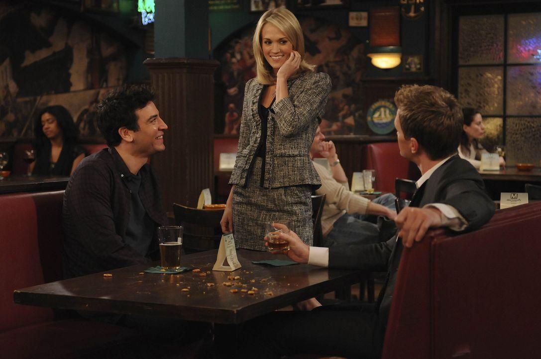 Barney (Neil Patrick Harris, r.) versucht Ted (Josh Radnor, l.) klar zumachen, dass er endlich von Tiffanys (Carrie Underwood, M.) Haken muss - bis... - Bildquelle: 20th Century Fox International Television