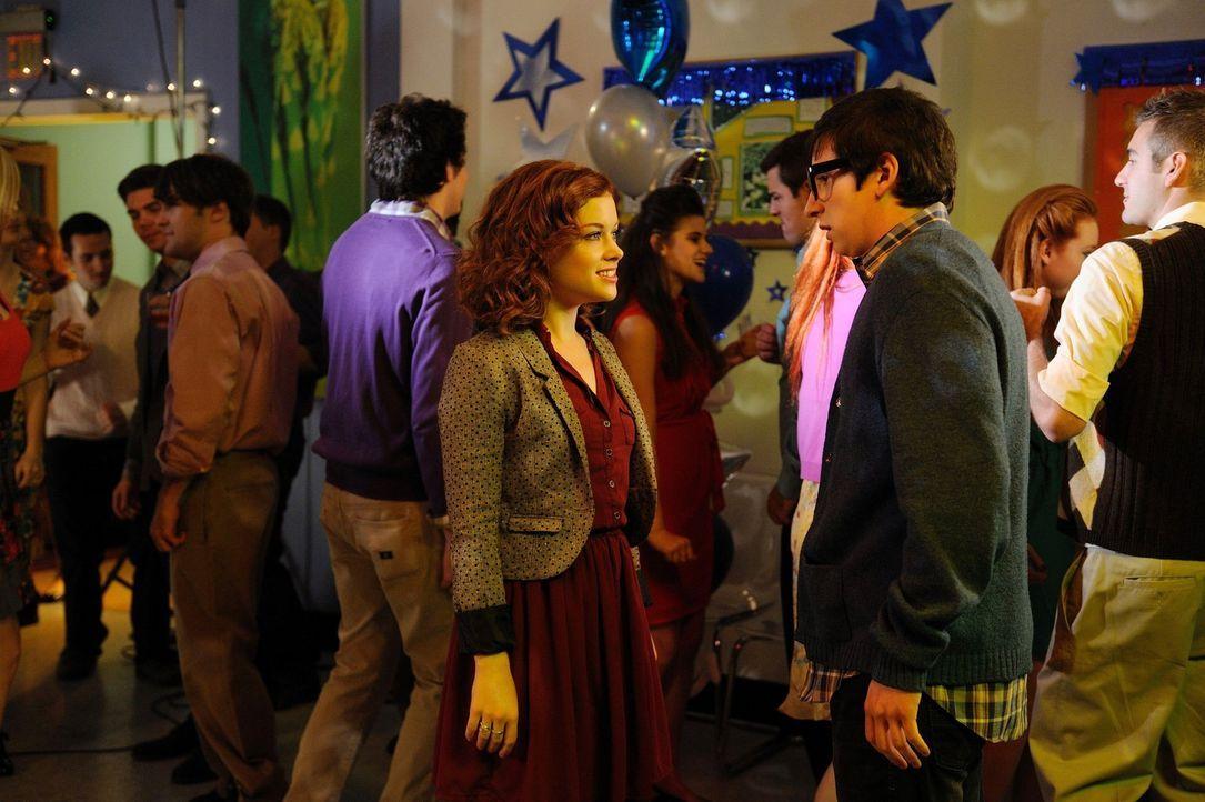 Während sich Lisa komplett verändert hat, findet Evan (Sam Lerner, r.) Gefallen an Tessa (Jane Levy, l.) ... - Bildquelle: Warner Brothers