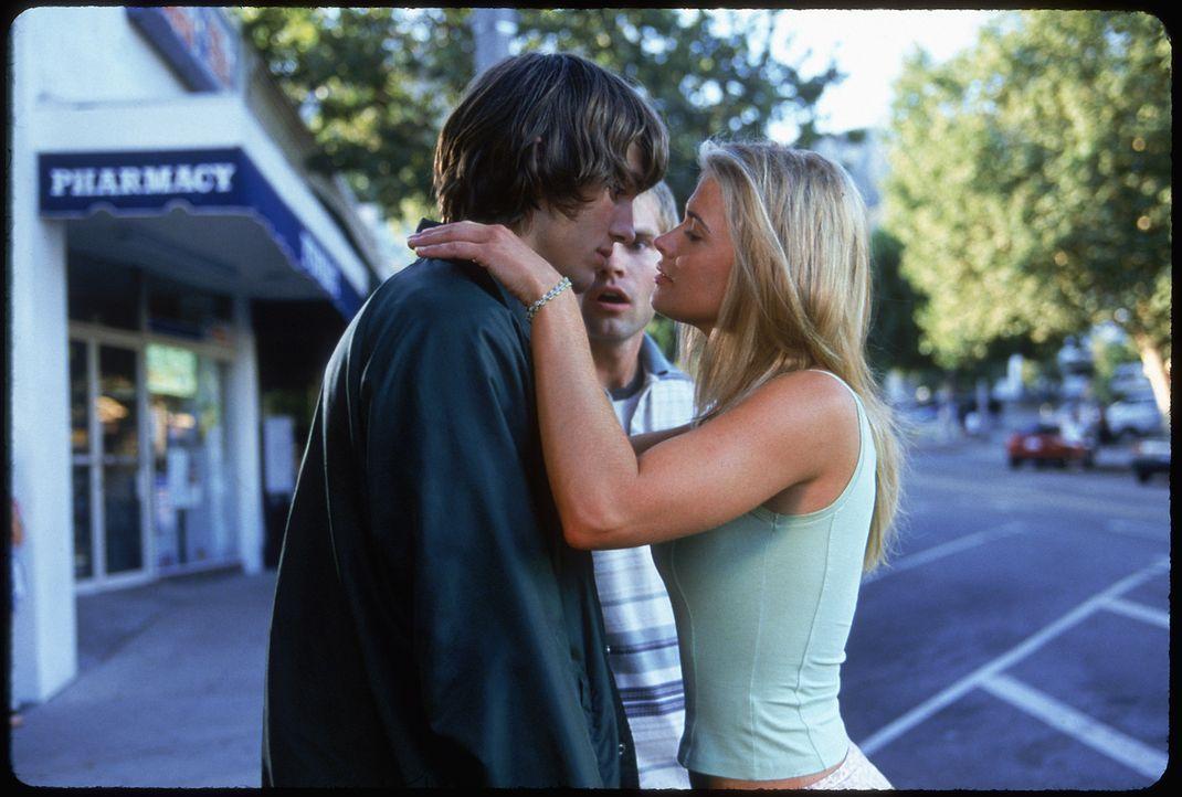 Chester (Seann William Scott, M.) kann es nicht glauben: Loser Jesse (Ashton Kutcher, l.) darf die Traumfrau Christie (Kristy Swanson, r.) küssen!... - Bildquelle: 2000 - 20th Century Fox - All Rights Reserved.