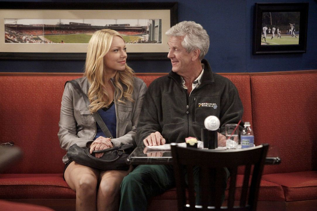 Sind sich nicht immer einig: Chelsea (Laura Prepon, l.) und ihr Vater Melvin (Lenny Clarke, r.) ... - Bildquelle: Warner Brothers