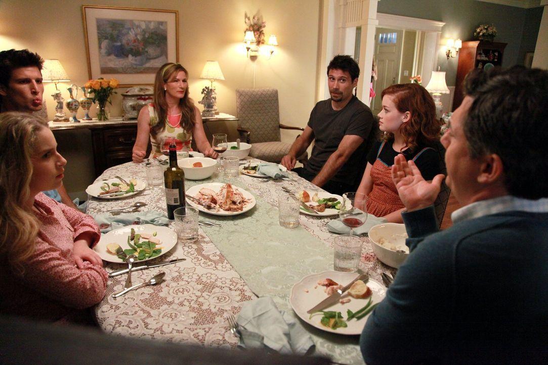 Ein ganz besonderes essen unter Nachbarn: (v.l.n.r.) Lisa (Allie Grant), Ryan (Parker Young), Sheila (Ana Gasteyer), George (Jeremy Sisto), Tessa (J... - Bildquelle: Warner Bros. Television