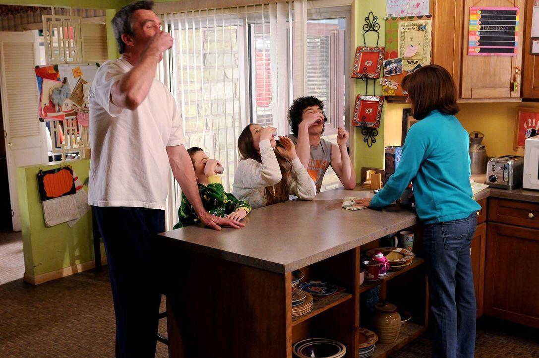 Um ihre Familie auf das Event des Jahres, die royale Hochzeit, vorzubereiten, probiert Frankie (Patricia Heaton, r.) alles: Mike (Neil Flynn, l.), B... - Bildquelle: Warner Brothers