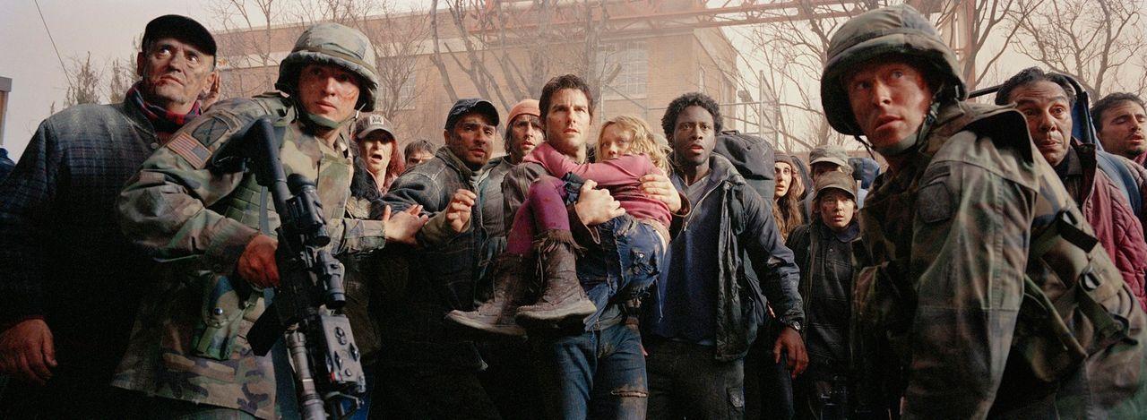 Mehr aus Pflichtbewusstsein als aus Liebe nimmt Ray Ferier (Tom Cruise, M. l.) an diesem Wochenende seine beiden Kinder (Dakota Fanning, M. r.) bei... - Bildquelle: 2004 Paramount Pictures All Rights Reserved.