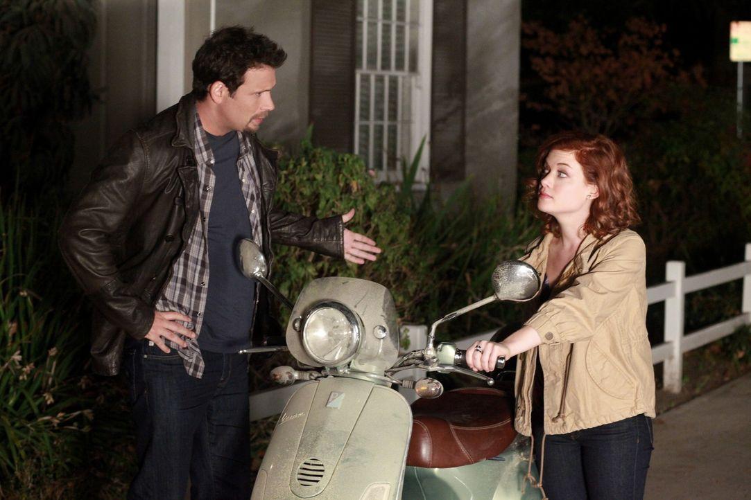 Als George (Jeremy Sisto, l.) Tessa (Jane Levy, r.) mal wieder zu spät abholt, beschließt sie einen Job bei Dallas anzunehmen um für ein eigenes... - Bildquelle: Warner Brothers