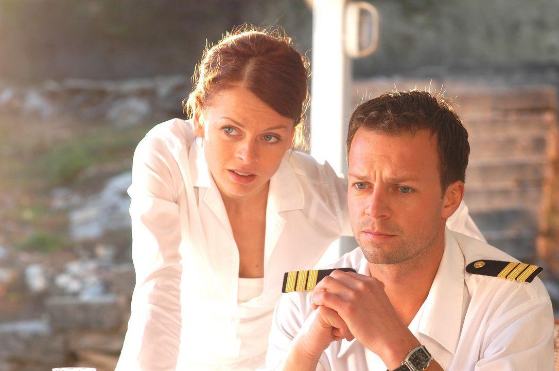 Als Katrin (Isabell Gerschke, l.) erfährt, dass Schiffsarzt Markus (Michael Härle, r.) in festen Händen ist, startet sie zu einem raffinierten Ra... - Bildquelle: ProSieben
