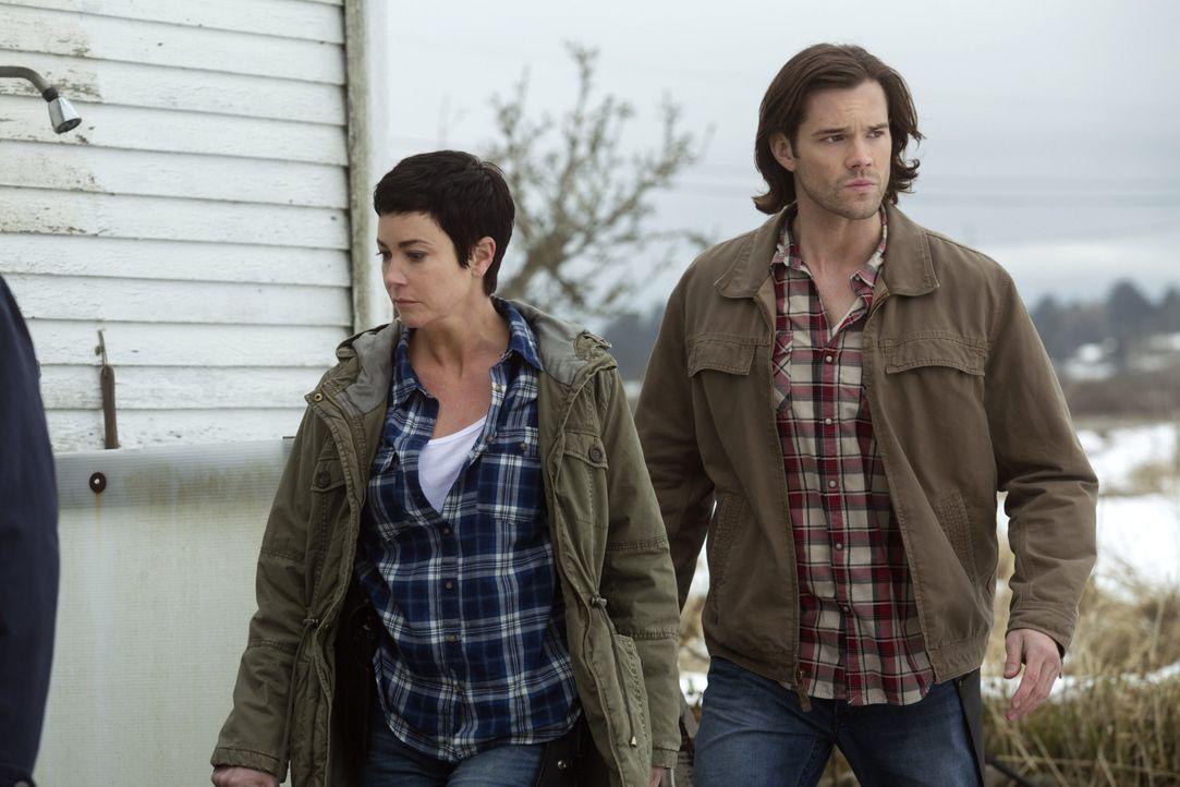 Tappen Sheriff Mills (Kim Rhodes, l.) und Sam (Jared Padalecki, r.) bei der Suche nach einer ganz besonderen Familie in eine Falle? - Bildquelle: 2013 Warner Brothers