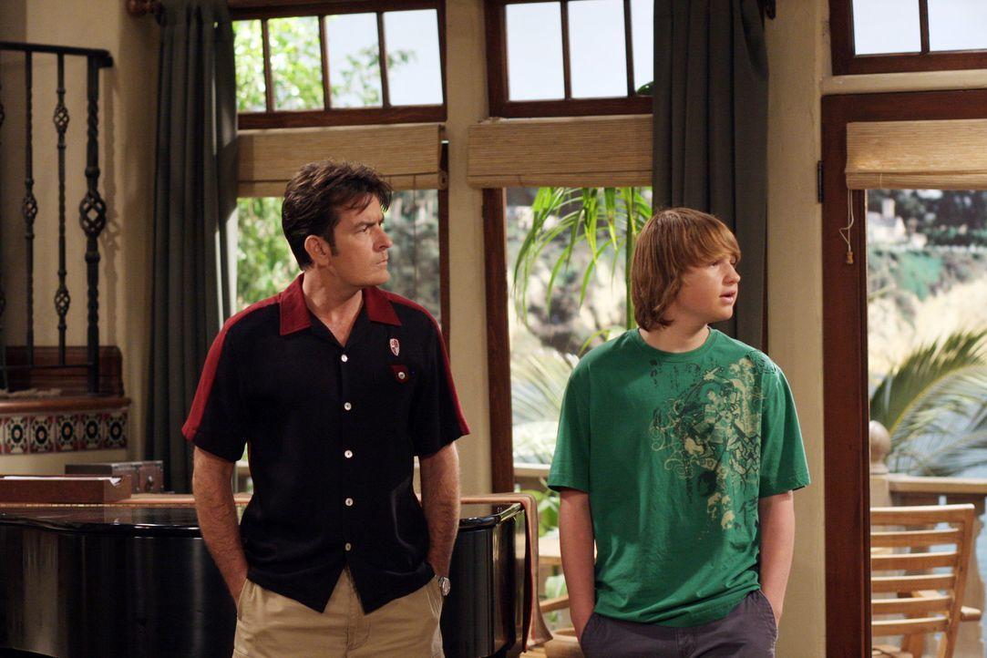 Nicht einmal vor Erpressung schreckt Jake (Angus T. Jones, r.) zurück, nur um Charlie (Charlie Sheen, l.) als Beifahrer für seinen Lernführersche... - Bildquelle: Warner Brothers Entertainment Inc.