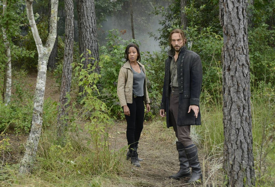 Als ein Junge in Sleepy Hollow auftaucht, müssen Ichabod (Tom Mison, r.) und Abbie (Nicole Beharie, l.) herausfinden, wo er herkommt, dabei machen... - Bildquelle: 2013 Twentieth Century Fox Film Corporation. All rights reserved.