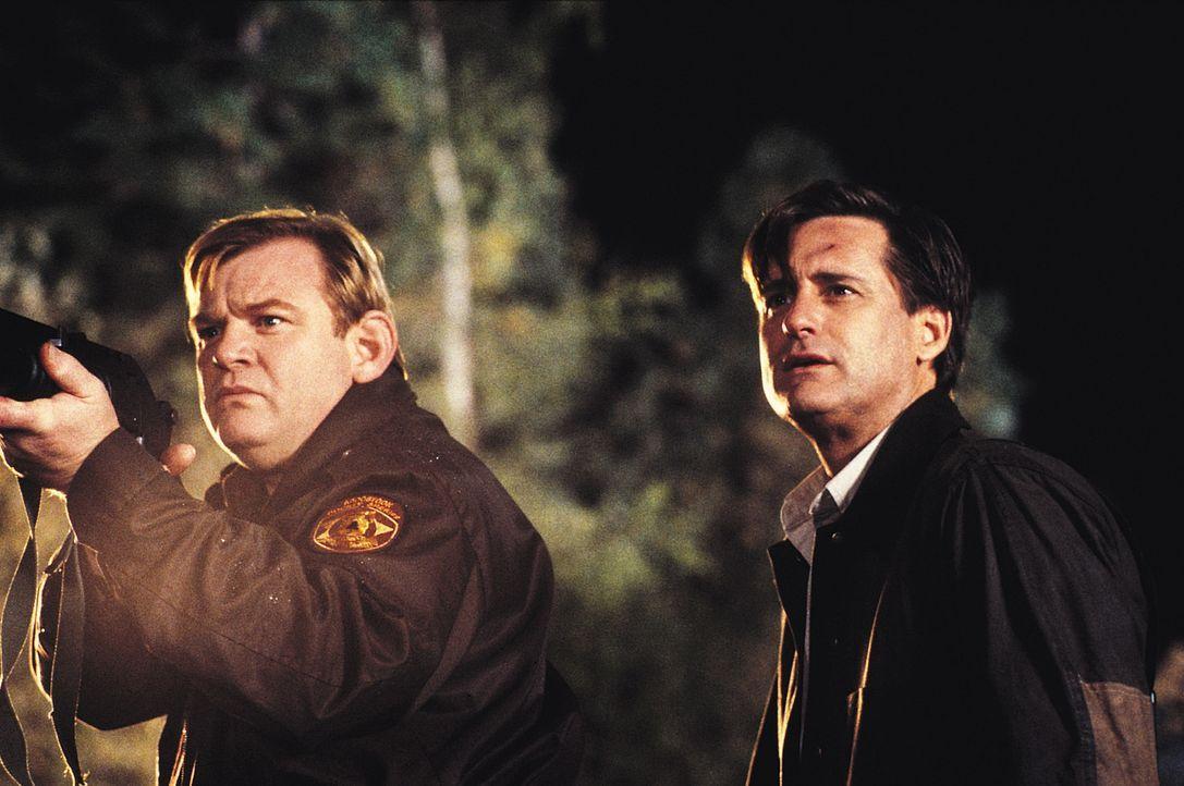 Das Team um Sheriff Hank (Brendan Gleeson, l.) und Wildhüter Jack (Bill Pullman, r.) macht eine bizarre Entdeckung: Es scheint einen Grund zu geben,... - Bildquelle: Tobis Film