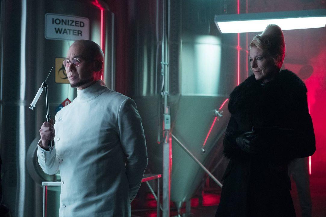 Zusammen hecken Dr. Strange (BD Wong, l.) und Kathryn (Leslie Hendrix, r.) einen bitterbösen Plan aus, der es in sich hat ... - Bildquelle: Warner Brothers