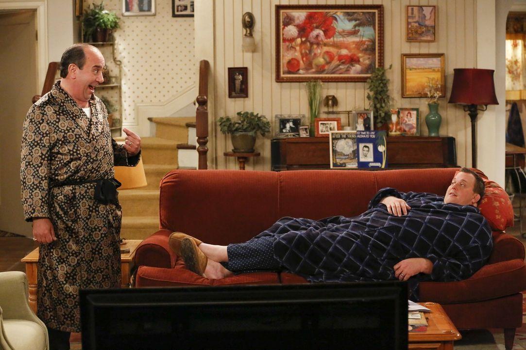 Sind sich nicht einig, wer auf das Sofa darf: Mike (Billy Gardell, r.) und Vince (Louis Mustillo, l.) ... - Bildquelle: Warner Brothers