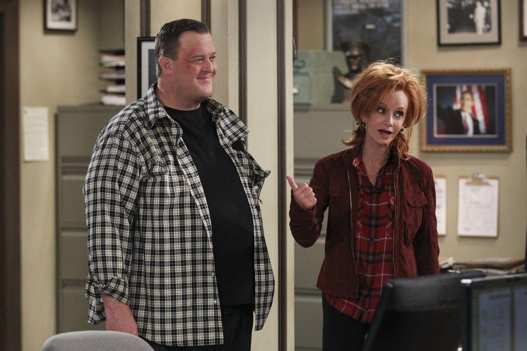 Mike (Billy Gardell, l.) sieht sich gezwungen, Joyce (Swoosie Kurtz, r.) zu verhaften, als sie sich weigert, sich einem Alkoholtest zu unterziehen ... - Bildquelle: Warner Brothers