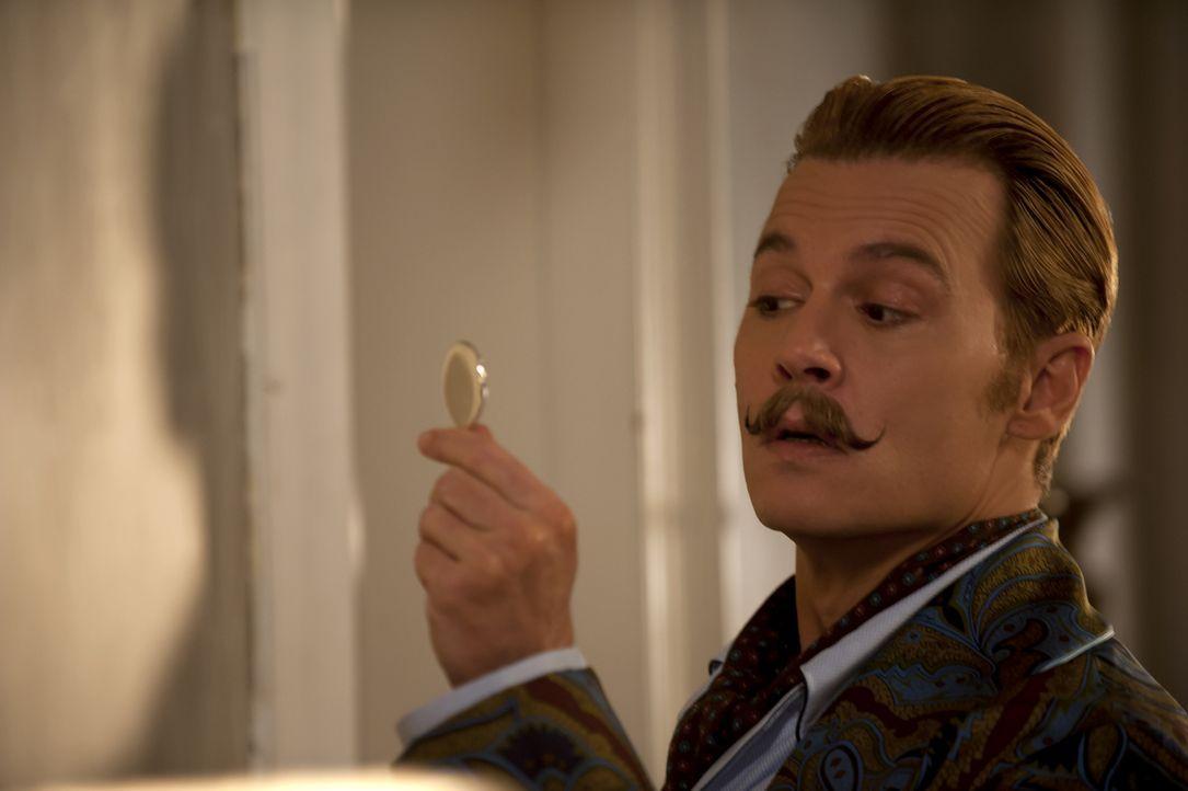 Eigentlich hätte Lord Mortdecai (Johnny Depp) mit seinen Schulden und dem Auftrag von Inspector Martland schon genug zu tun, doch sein neuer Schnurb... - Bildquelle: 2014 LIONS GATE ENTERTAINMENT INC. ALL RIGHTS RESERVED.
