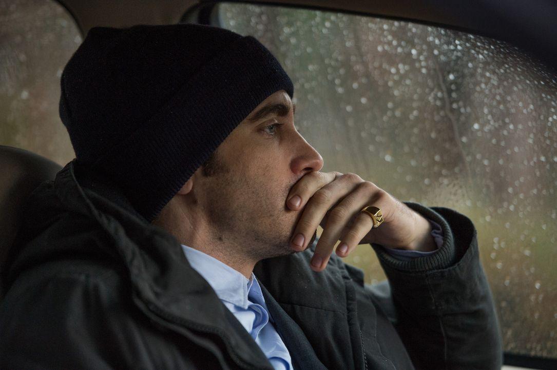 Seine eigene Strategie in dem Kindesentführungsfall zeigt keinen Erfolg: Detective Loki (Jake Gyllenhaal), der unbedingt den Fall abschließen möchte... - Bildquelle: TOBIS FILM. ALL RIGHTS RESERVED