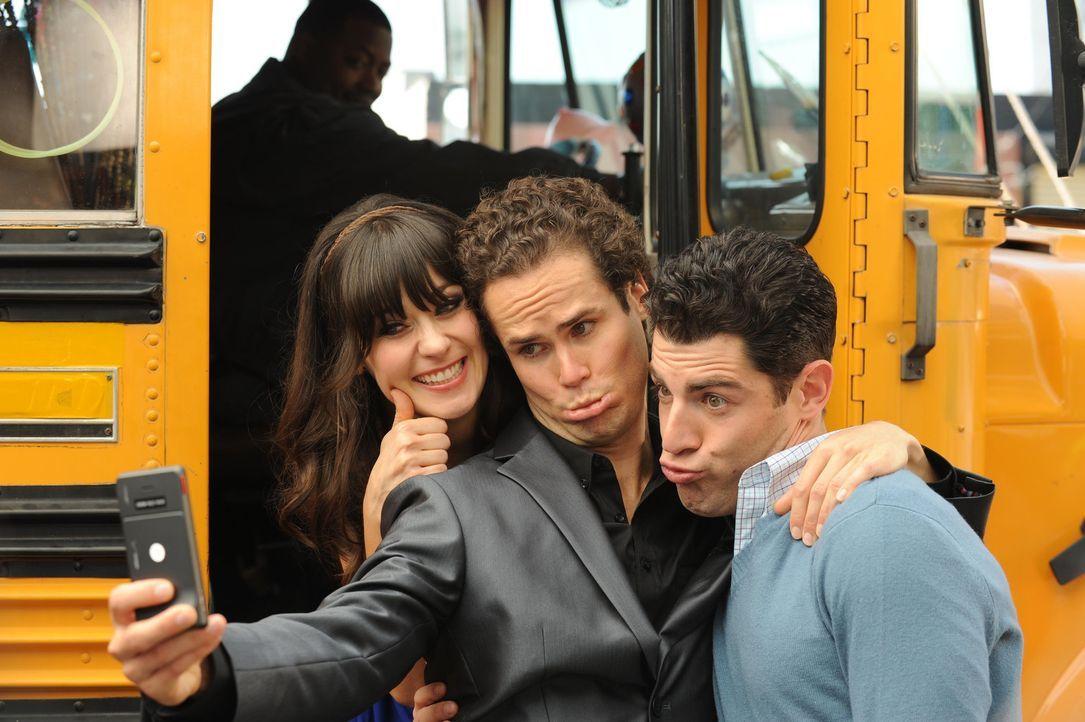 Party im Bus: Jess (Zooey Deschanel, l.), Benjamin (David Neher, M.) und Schmidt (Max Greenfield, r.) ... - Bildquelle: 20th Century Fox