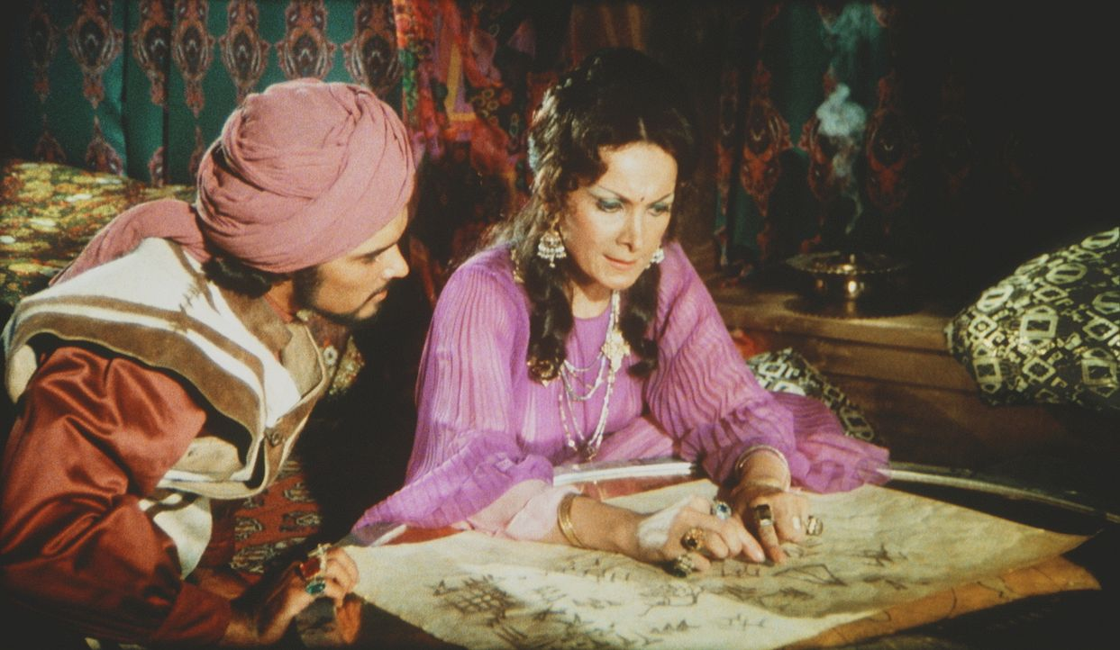 Zenobia (Margaret Whiting, r.) studiert mit ihrem Sohn Rafi (Kurt Christian, l.) den Weg nach Hyperborea ... - Bildquelle: Columbia Pictures