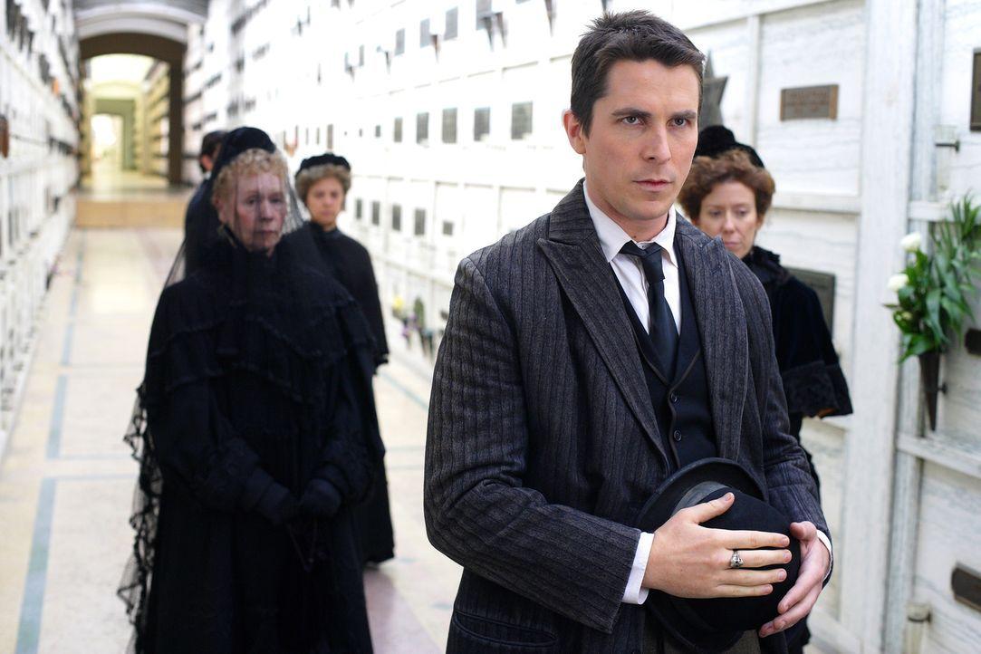 Alfred Borden (Christian Bale, vorne) erscheint auf der Beerdigung von Julia, um sein Beileid auszusprechen, doch Robert Angier gibt ihm die Schuld... - Bildquelle: Warner Television