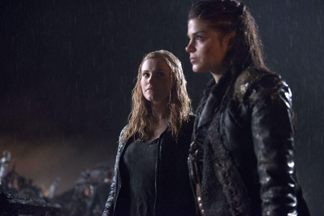 Der Bombenangriff hat viel Schlechtes über Clarke (Eliza Taylor, l.) und Octavia (Marie Avgeropoulos, r.) gebracht, doch aus der Asche erwächst neue... - Bildquelle: 2014 Warner Brothers