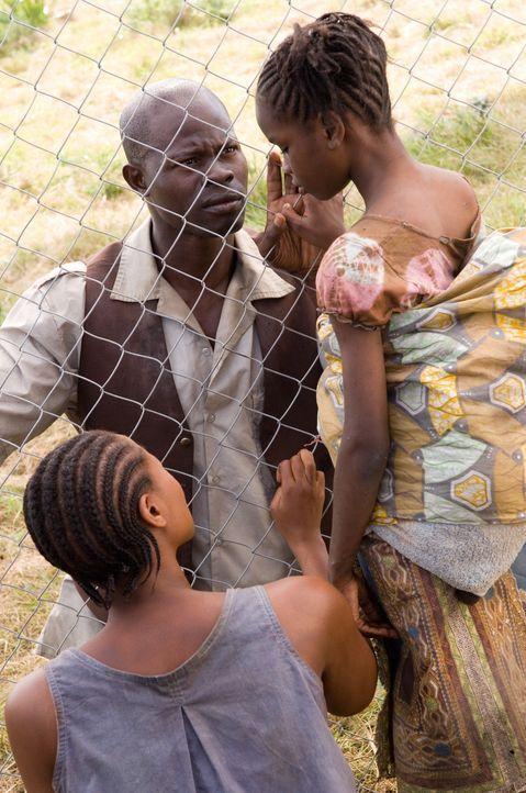 Solomon Vandy (Djimon Hounsou, M.) trifft erstmals nach der Trennung durch die Rebellen auf seine Frau Jassie Vandy  (Benu Mabhena, l.) und seine To... - Bildquelle: Warner Bros.