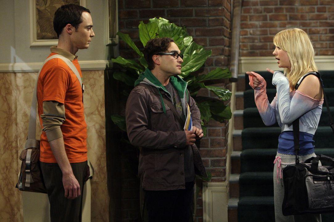 Um mit Penny (Kaley Cuoco, r.) nicht zu einem Casting gehen zu müssen, da sie ihre Gesangskünste kennen, verstricken sich Leonard (Johnny Galecki,... - Bildquelle: Warner Bros. Television
