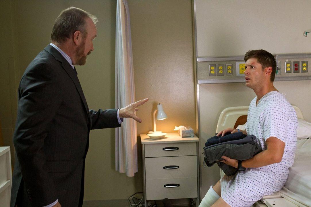 Noch am Leben, versucht Bobby (Jim Beaver, l.), Dean (Jensen Ackles, r.) und Sam aus dem Krankenhaus zu retten, bevor ein Leviathan sie aufspüren ka... - Bildquelle: Warner Bros. Television