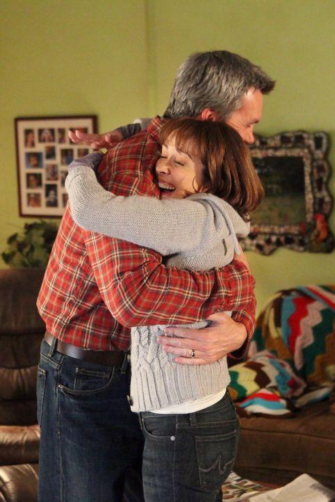 Sie sind in einer finanziellen Notlage, geben aber trotzdem nicht auf: Mike (Neil Flynn, l.) und Frankie (Patricia Heaton, r.) ... - Bildquelle: Warner Brothers