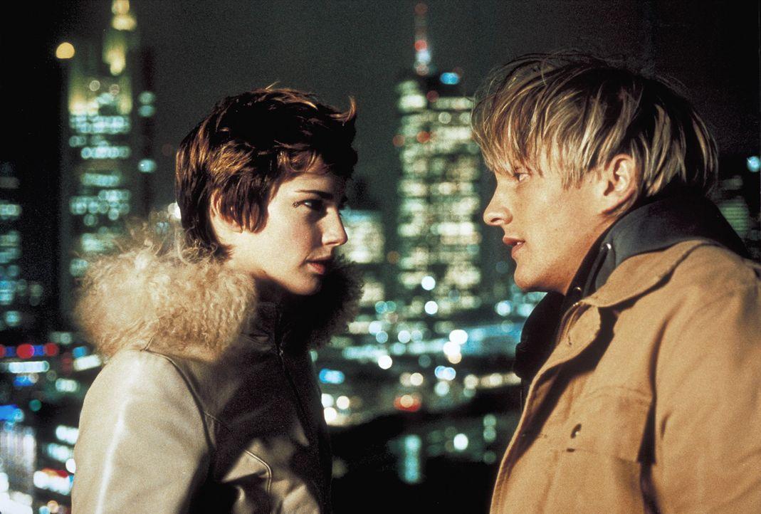 Am Weihnachtsabend kommt Frank (Niki Jondral, r.) seiner Traumfrau Vanessa (Jana Straulino, l.) endlich etwas näher. Doch dann tut sich ein schier... - Bildquelle: ProSieben