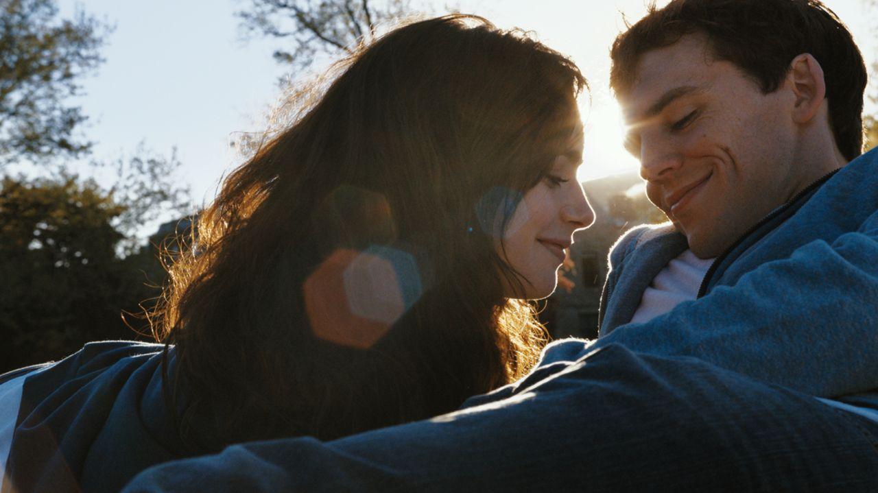 Obwohl Rosie (Lily Collins, l.) und Alex (Sam Claflin, r.) Gefühle füreinander haben, finden sie nicht zueinander. Ihr Timing macht ihnen ständig ei... - Bildquelle: Constantin Film Verleih GmbH