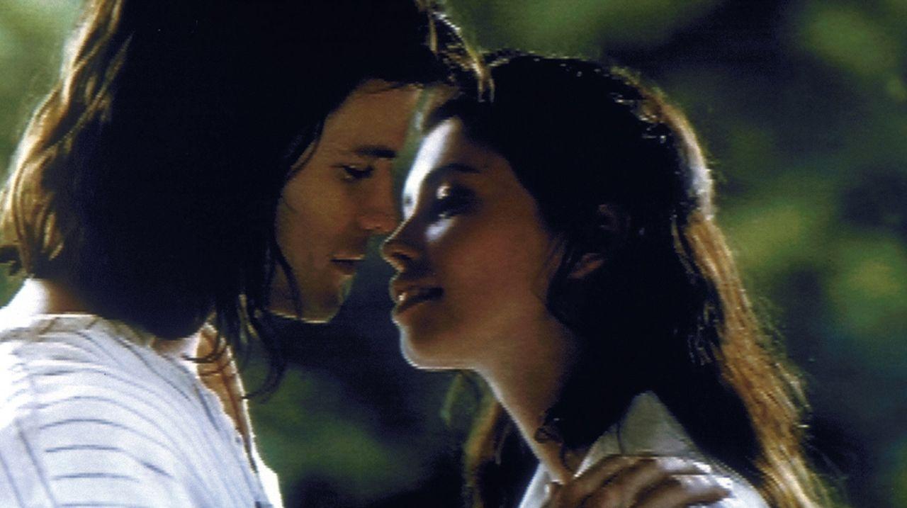 Lieben sich nach wie vor: Tarzan (Casper Van Dien, l.) und seine Jane (Jane Marsch, r.). Doch dann zieht's den Affenmenschen zurück nach Afrika ... - Bildquelle: VCL Communications