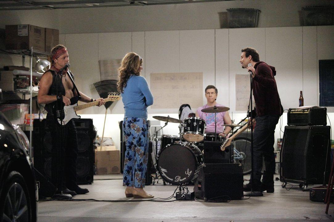 Sheila (Ana Gasteyer, 2.v.l.) kann das Gejaule von der Väterband nicht mehr hören. George (Jeremy Sisto, r.), Noah (Alan Tudyk, l.) und Fred Shay (C... - Bildquelle: Warner Brothers