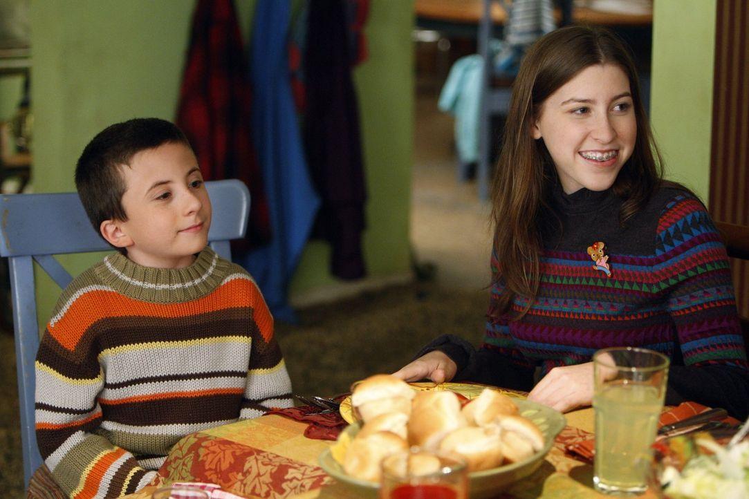 Brick (Atticus Shaffer, l.) würde lieber ein Mais-Labyrinth erforschen und Sue (Eden Sher, r.) wäre lieber mit ihrem neuen festen Freund zusammen, d... - Bildquelle: Warner Brothers