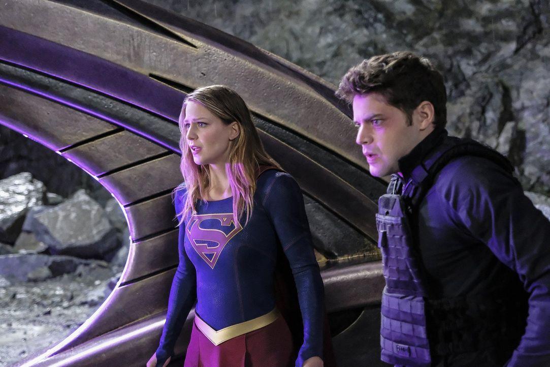 Geht Winns (Jeremy Jordan, r.) Plan schief, ist Supergirl (Melissa Benoist, l.), die ihrer Superkräfte entzogen wurde, für immer auf einem entfernte... - Bildquelle: 2016 Warner Bros. Entertainment, Inc.