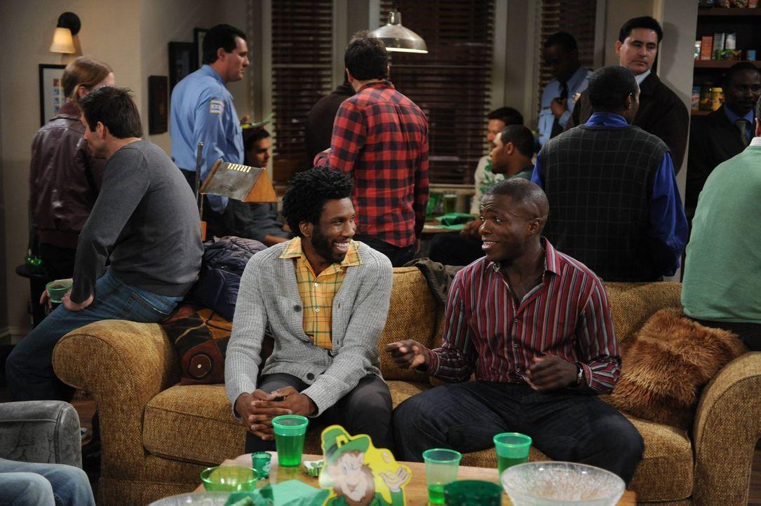 In der Hoffnung Frauen kennenzulernen, geben Carl (Reno Wilson, vorne r.) und Samuel (Nyambi Nyambi, vorne l.) eine St. Patrick's Day Party ... - Bildquelle: Warner Brothers