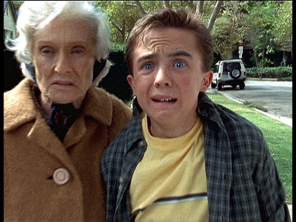 Ida (Cloris Leachman, l.) bringt ihren Enkel Malcolm (Frankie Muniz, r.) fast um den Verstand. - Bildquelle: TM +   2000 Twentieth Century Fox Film Corporation. All Rights Reserved.
