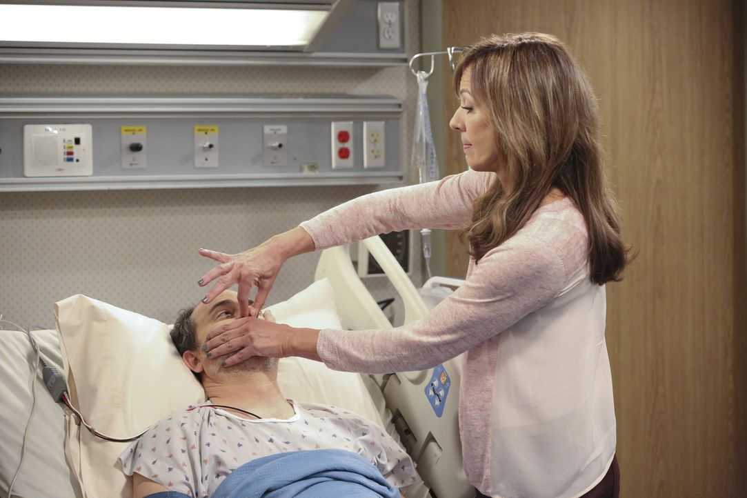 Bonnie (Allison Janney, r.) nutzt es weidlich aus, dass Alvin (Kevin Pollak, l.) ihr im Krankenbett völlig ausgeliefert ist ... - Bildquelle: Warner Brothers Entertainment Inc.