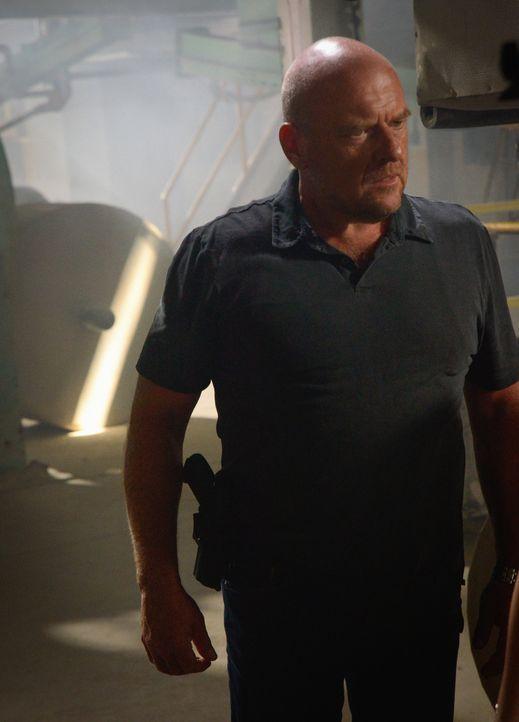 Was wird Big Jim (Dean Norris) tun, um der Kuppel zu entkommen, bevor diese ihm die Luft zum Atmen rauben kann? - Bildquelle: Brownie Harris 2015 CBS Studios Inc.