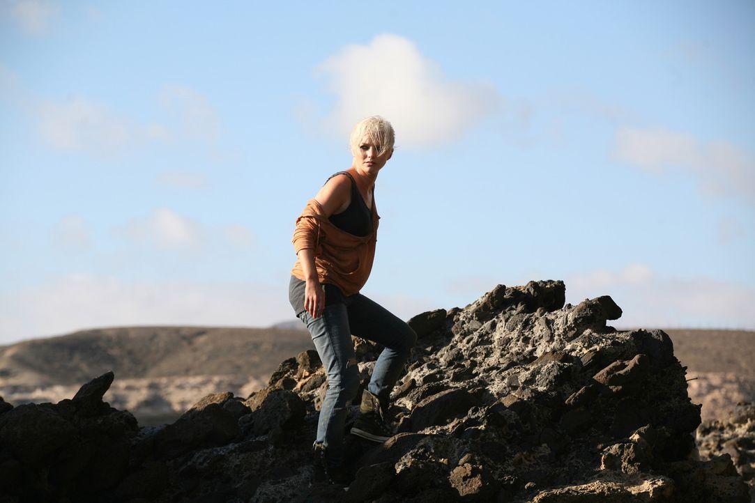Auf der Flucht vor einem grässlichen Urzeitmonster: Abby (Hannah Spearritt) ... - Bildquelle: ITV Plc