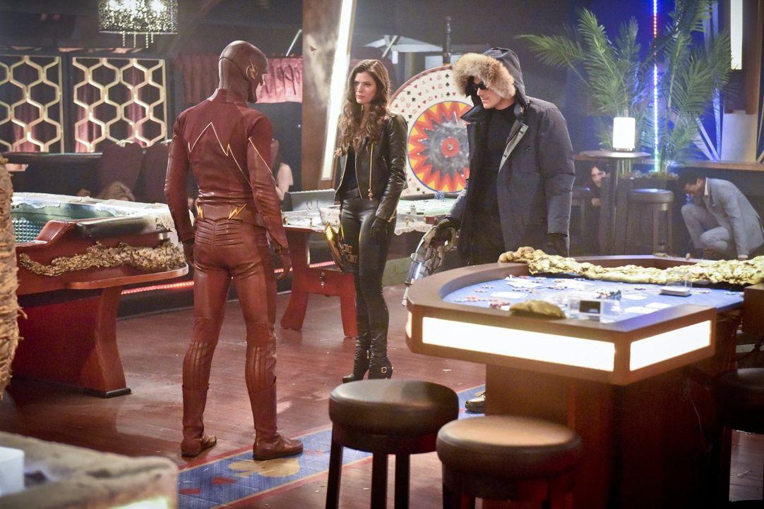 Kann Barry alias The Flash (Grant Gustin, l.) die vereinten Geschwister Lisa Snart alias Golden Glider (Peyton List, M.) und Leonard Snart alias Cap... - Bildquelle: Warner Brothers.