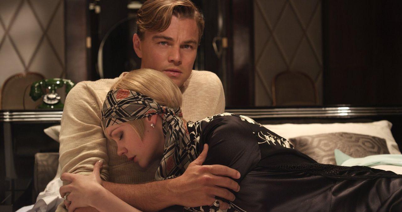 Vor fünf Jahren waren sie ein Paar, doch dann musste Gatsby (Leonardo DiCaprio, l.) in den Krieg ziehen. Nun kehrt er zu einer verheirateten Daisy (... - Bildquelle: 2012 Warner Brothers