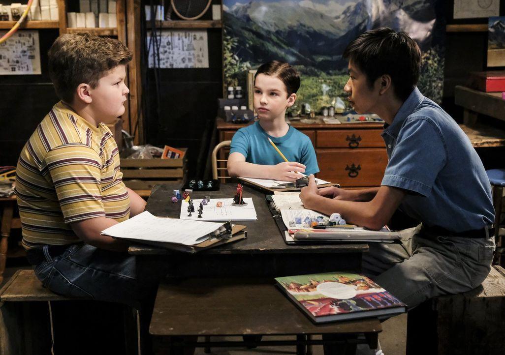 Als Billy (Wyatt McClure, l.), Sheldon (Iain Armitage, M.) und Tam (Ryan Phuong, r.) zusammen Dungeons & Dreagons spielen, ahnen sie nicht, welche F... - Bildquelle: Warner Bros.