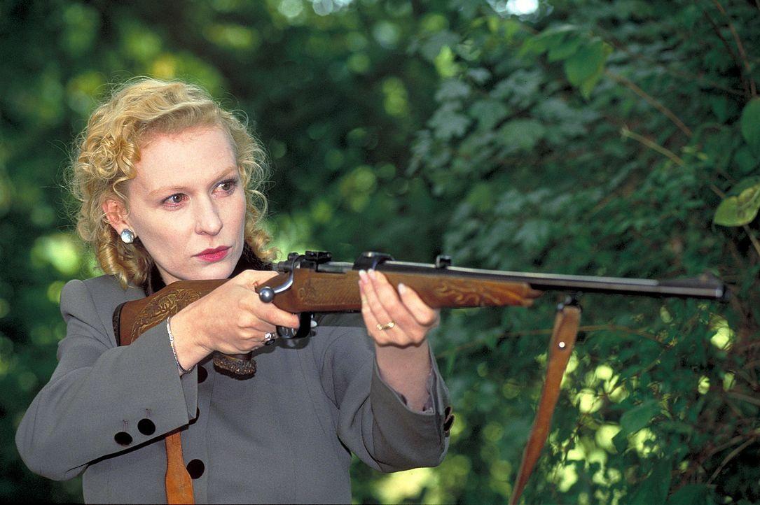 Eine undurchsichtige Rolle spielt die schöne und reiche Connie Decker (Sunnyi Melles) in diesem Familiendrama ... - Bildquelle: Magdalena Mate ProSieben