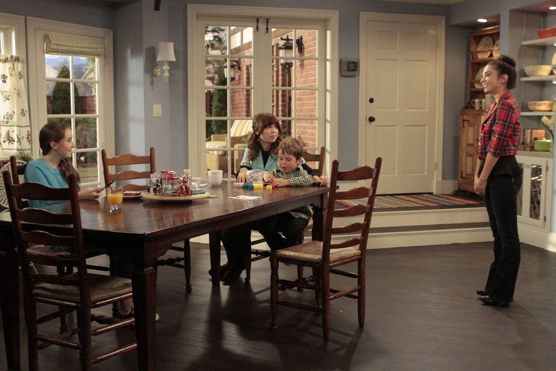 Um Geld für eine Klassenfahrt zu bekommen, bittet Mandy (Molly Ephraim, r.) ihre Schwester Kristin (Amanda Fuller, 2.v.l.) um einen Nebenjob in dem... - Bildquelle: 2011 Twentieth Century Fox Film Corporation
