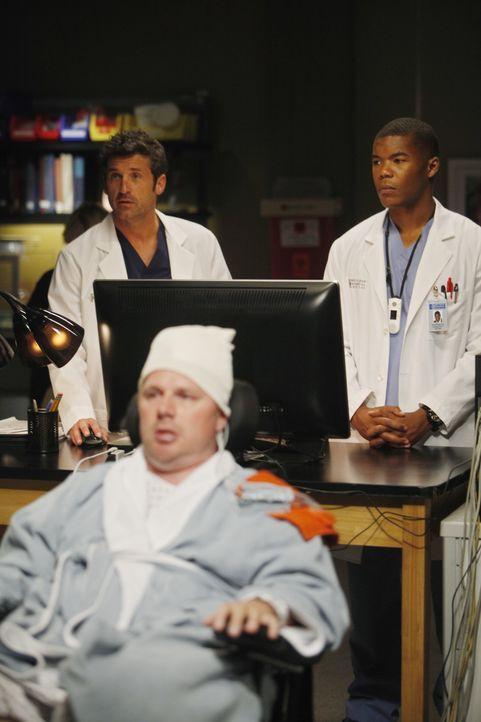 Das MRT von Dereks (Patrick Dempsey, l. hinten) Patienten Mickey (Jay Cramer, vorne) zeigt einen schwierigen Hirntumor. Shane (Gaius Charles, r. hin... - Bildquelle: ABC Studios