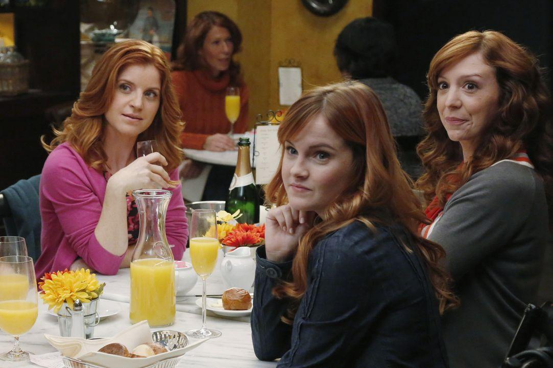 Kurz vor der Hochzeit bekommt April (Sarah Drew, l.) Besuch von ihren Schwestern (Grace Bannon, M., Emily Happe, r.), doch die fröhliche Stimmung i... - Bildquelle: ABC Studios