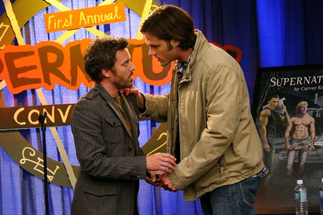 """Sam (Jared Padalecki, r.) und Dean werden unwissentlich von Chuck (Rob Benedict, l.) und Becky auf die erste """"Supernatural""""-Convention eingeladen. A... - Bildquelle: Warner Bros."""